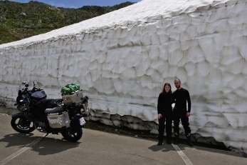 Sněhová zeď na vrcholu Susten Pass