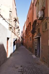 Jedna z mnoha uliček v medíně, Marrákeš